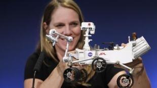 Jennifer Trosper, líder da missão da NASA, mostra uma maquete da sonda Curiosity, que pousou em Marte no último domingo.