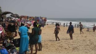La plage de Grand-Bassam, station balnéaire proche de la ville d'Abidjan, en Côte d'Ivoire, quatre ans après l'attaque terroriste qui avait fait 19 morts.