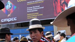 Des représentants des peuples indigènes attendent leurs accréditations pour participer à la conférence Mondiale des peuples contre les Changements climatiques de Cochabamba, le 19 avril 2010.