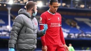 Le défenseur de Liverpool, Virgil van Dijk, blessé face à Everton le 17 octobre 2020.