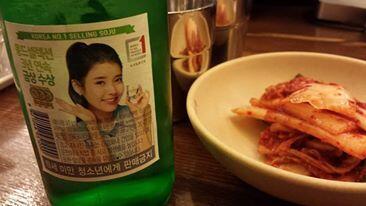Les Coréens boivent plus de 12 litres d'alcool par an, c'est le chiffre le plus élevé en Asie ! (Photo: bouteille de «soju», l'alcool le plus populaire en Corée)