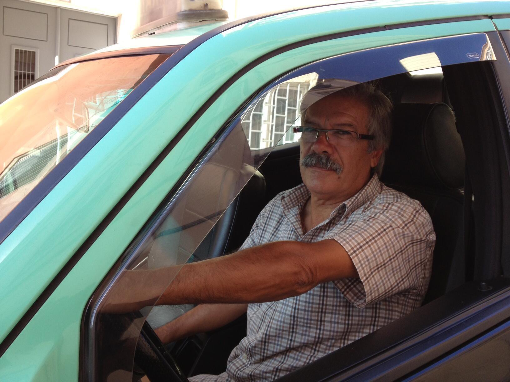 Foto ilustrativa de um motorista de taxi.