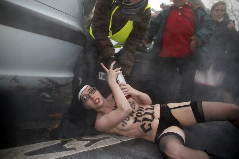 Активистка Femen во время манифестации по призыву Institut Civitas, в Париже, 18 ноября 2012