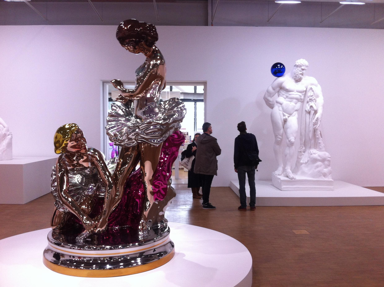 Ballerinas (2010-2014), acier inoxydable au poli miroir et vernis transparent. Au fond, Gazing Ball (Farnese Hercules, 2013), plâtre et verre.