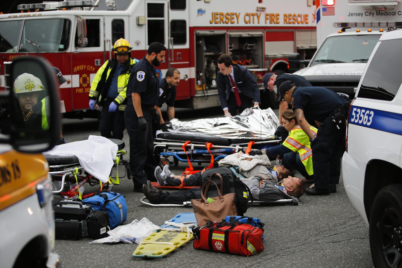 Equipes de emergência resgatam feridos após acidente de trem na estação Hoboken, em Nova Jersey