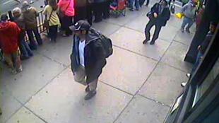 Fotos dos dois suspeitos caminhando no local da maratona de Boston, divulgadas em 18 de abril de 2013 pelo FBI.
