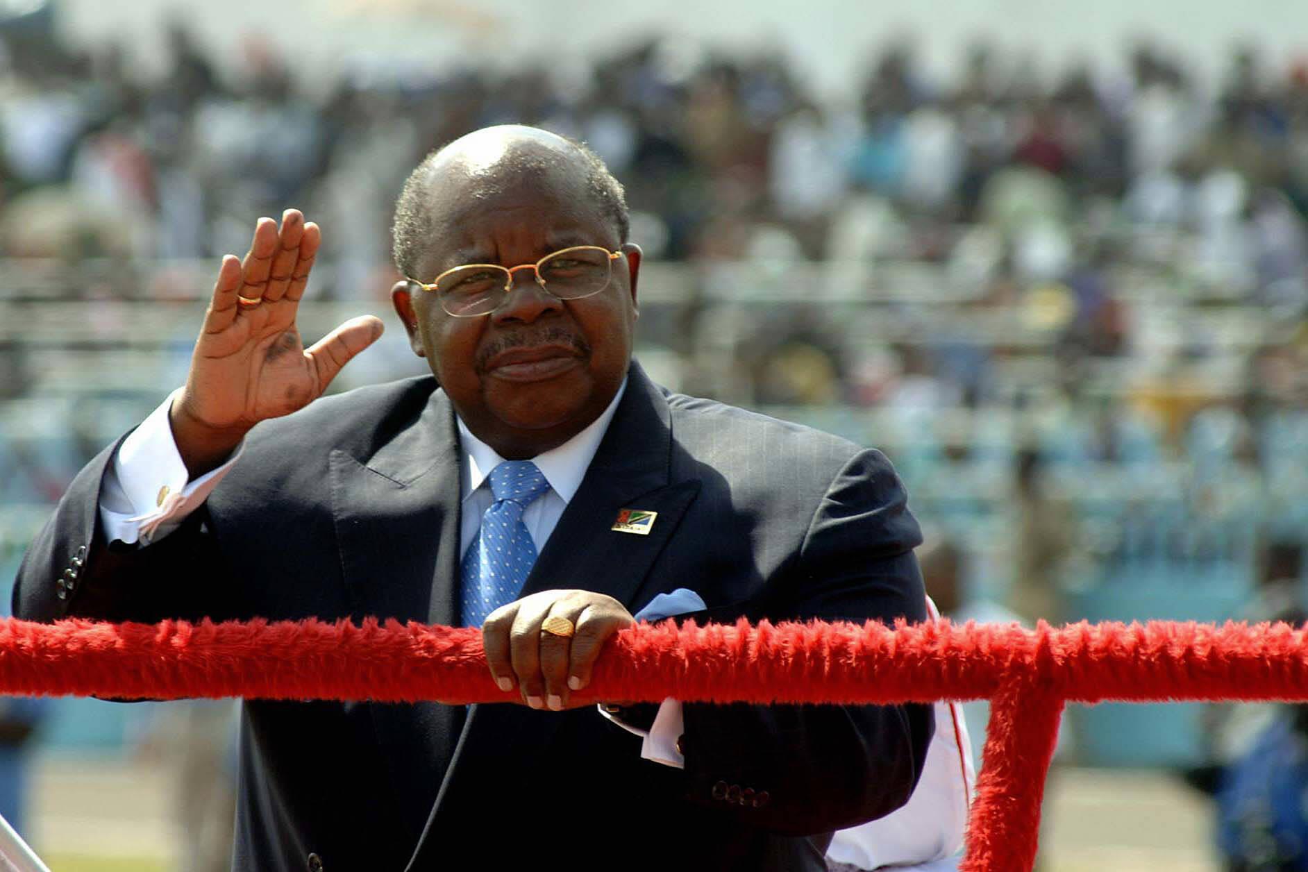 Photo d'archive montrant l'ancien président tanzanien Benjamin Mkapa, le 9 décembre 2005, lors de la cérémonie du 44e anniversaire de l'indépendance de la Tanzanie.