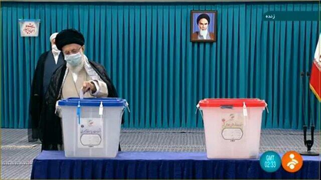 علی خامنهای آراء خود را به صندوق سیار ۱۱۰ مستقر در «حسنیۀ امام خمینی» انداخت ـ ۲۸ خرداد ۱۴۰۰