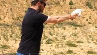 Cody Wilson tire ici avec une arme faite entièrement en plastique fabriquée par une imprimante 3D.