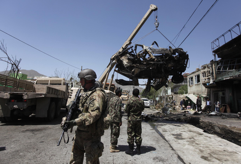 Soldado da Otan patrulha área onde aconteceu um atentado suicida em Cabul, no dia 16 de maio passado.