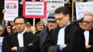 Un peu partout en France, comme ici devant le Palais de justice de Rennes, les personnels de justice ont manifesté ce 15 février 2018 pour réclamer de meilleures conditions de travail.