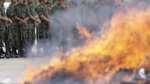 Soldados montan guardia en la incineración de drogas en la región de Monterrey, México, el 22 de junio de 2012