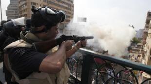 Policías disparan gases lacrimógenos en dirección de la plaza Al Nahda, este 14 de agosto de 2013.