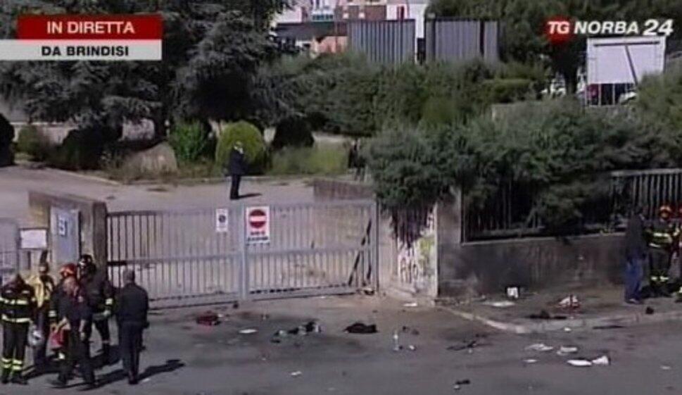 Кадр телеканала TG Norba 24 с места взрыва 19 мая 2012 г. в Бриндизи перед профессионально-техническим лицеем имени Франчески Морвильо Фальконе