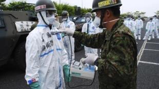 Дозиметрический контроль солдат японских наземных сил самообороны, после работ в 20-ти километровой зоне отчуждения