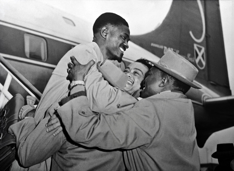 Patrice Lumumba accueilli à l'aéroport de Bruxelles en janvier 1960.