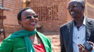Victoire Ingabire et l'un des ses avocats à la prison de Kigali, le 15 septembre 2018, lors de la libération de l'opposante rwandaise.