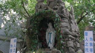 Hang đá thờ Đức Mẹ Lộ Đức, nhà thờ lớn Thiên Tân (Tianjin), Trung Quốc.