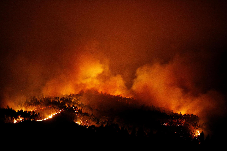 Incêndio numa floresta de Pedrógao Grande, Leiria, provoca tragédia em Portugal.