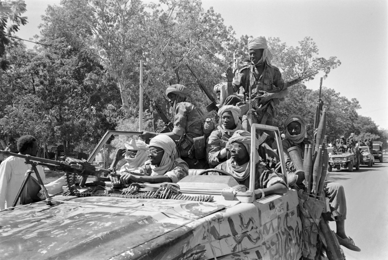 Idriss Déby, ici avec des combattants à Ndjamena le 2 décembre 1990, lors du renversement du régime d''Hissène Habrè..