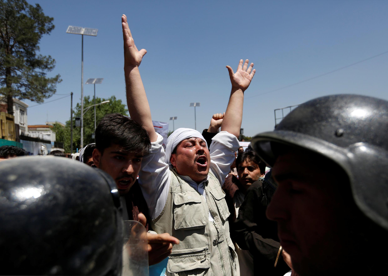 2016年6月2日喀布尔警民在示威活动中紧张对峙
