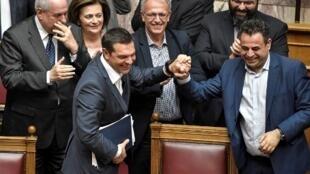 153 députés sur 300 ont voté pour le maintien du gouvernement du Premier ministre grec Alexis Tsipras, le 10 mai 2019 à Athènes.