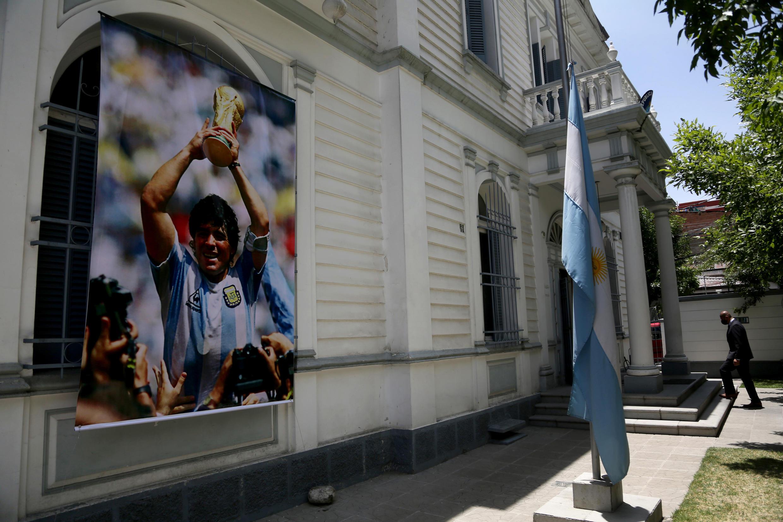 Una imagen de la leyenda del fútbol argentino Diego Maradona exhibida en la fachada de la Embajada de Argentina en La Paz, el 27 de noviembre de 2020.