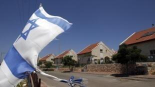 Израильский флаг в еврейском поселении Офра на Западном побережье Иордана неподалеку от Рамаллы 5 июля 2010 года
