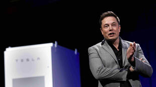 Elon Musk presentó el radiador Tesla para el hogar en Hawthorne, California, a finales de abril de 2015.