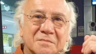 El bandoneonista argentino César Stroscio en los estudios de RFI.