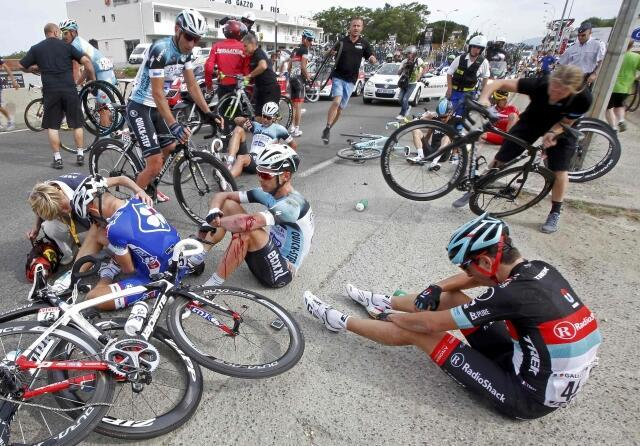 Ciclistas caem a 4 km da linha de chegada, após incidente com ônibus de uma equipe australiana.