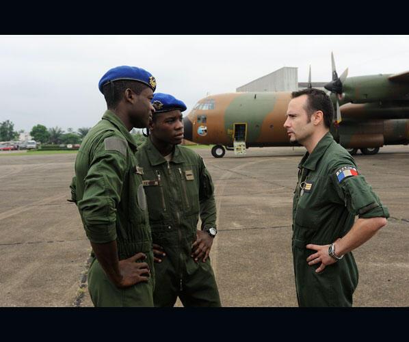 Một phi công máy bay vận tải C130 Hercules huấn luyện binh lính Camerun © Sirpa