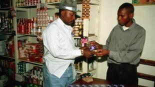 Dans une boutique à Goma, un homme achète une recharge pour son téléphone portable.