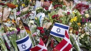 De nombreuses fleurs ont été déposées face à la synagogue de Krystalgade, à Copenhague, où la deuxième fusillade a eu lieu le 15 février 2015.