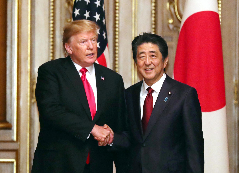 Tổng thống Mỹ Donald Trump (T) và thủ tướng Nhật Shinzo Abe sau cuộc hội đàm ngày 27/05/2019 tại Tokyo.