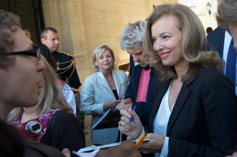 Valérie Trierweiler assina autógrafos no palácio do Eliseue, em Paris, no dia 16 de setembro.