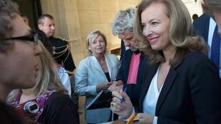 Valérie Trierweiler signs autographs at the Elysée presidential palace
