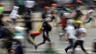 Manifestantes opositores chochan con las fuerzas de seguridad, el 30 de mayo de 2017 en Caracas.