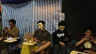 帶着面具的佔中人士在旺角街頭,2014年11月5日。