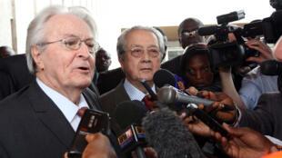 L'ancien ministre des Affaires étrangères Roland Dumas (g) et l'avocat français Jacques Verges (2e g) s'adressent aux journalistes au Palais présidentiel à Abidjan en Côte d'Ivoire, le 30 décembre 2010.