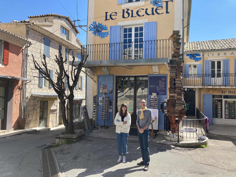 Marc Gaucherand, propriétaire-gérant du Bleuet, avec sa fille Sabine, en charge de l'espace culturel de la librairie.