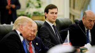 图为美国总统特朗普女婿顾问库什纳于会议中