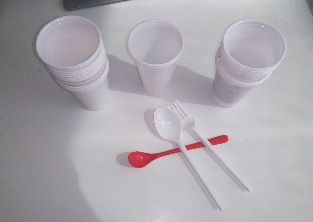 Des gobelets, cuillère et fourchette jetables en plastique.