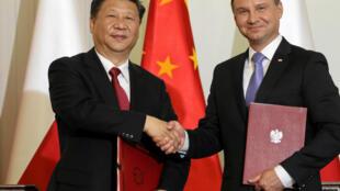 Le président chinois Xi Jinping et son homologue polonais Andrzej Duda viennent de signer un accord de coopération, à Varsovie, le 20 juin 2016.
