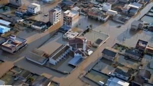 بخشهای بزرگی از شهرستان آق قلا زیر آب رفت