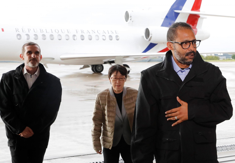 Os dois reféns franceses, Patrick Picque e Laurent Lassimouillas e a sul-coreana libertados pelas forç.as especiais da França na sexta-feira (10), no norte de Burkina Fasso