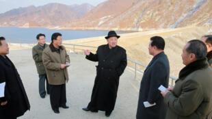 El líder norcoreano Kim Jong-Un visita una estación eléctrica en una foto sin fecha publicada por la Agencia Central de Noticias de Corea el 13 de diciembre de 2016.