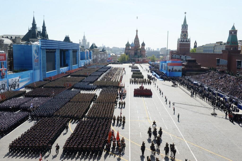 «Риски эпидемии, пик которой не пройден, чрезвычайно высоки. Это не дает мне права начать подготовку» к празднованиям, сказал Путин. На фото: парад Победы 09.05.2015