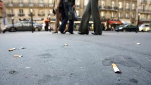 As insivilidades nas ruas da capital estão em alta como jogar bitucas de cigarros.