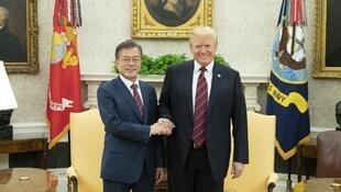 美国总统特朗普(右)在白宫和来访的韩国总统文在寅握手   2018年5月